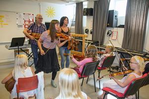 Kål Berit Sens och Pia Ling leder folkmusiklägret för barn i Säter.