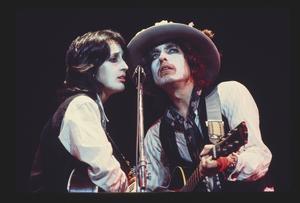 Folksångerskan Joan Baez var en följeslagare på turnén och de sjöng återigen duetter tillsammans, för första gången sedan 60-talet. Pressbild: Netflix