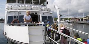 Lisa Gäll på Utö Express tar emot en grupp små resenärer.