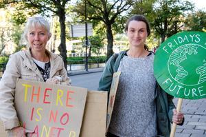 Cia Hessel och Katarina Strandahl. – Det är vår och nästa generation som måste fixa det här, annars står barnen där med effekterna. De kan ju inte rösta, säger Katarina.