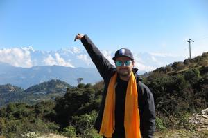 Sebastian pekar på Mera Peak. Foto: Privat
