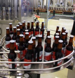 Det klirrar flitigt och högt i lokalen när kapsylen är på och flaskorna är redo att paketeras.