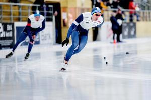 Nils van der Poel gick i samma par som klubbkompisen Wilhelm Ekensskär i lördagens tävling, men den svenske världsstjärnan fick förstås ingen sparring utan varvade sin polare gång på gång på väg mot rekordnoteringen 13.52,22.
