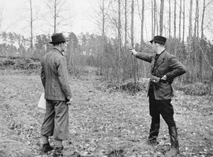 Örebropoliserna Elis Olsson (kommissarie) och Torsten Magnusson skjuttränar på Kränglan på1940-talet. Fotograf: Okänd