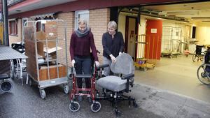 Jessica Rosdahl, enhetschef och Emma Stenman, arbetsterapeut, med några av hjälpmedlen som ofta blir kvar och inte återlämnas.