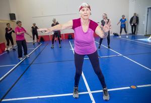 Eva Johansson, 86 år, leder gympaträningen med hög intensitet.