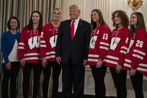 Madeline Rolfes, i tröjnummer 13, bredvid USA:s president Donald Trump i fredags, tillsammans med lagkamrater i Wisconsin Badgers. Foto: TT/AP/Evan Vucci.