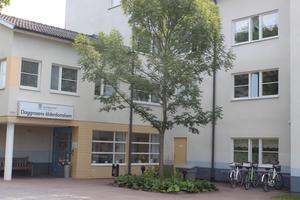 Daggrosens äldreboende på Önsta Centrum.