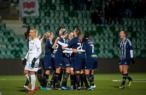 Kovland jublar efter att lagkaptenen Ida Markström skickade in ett superskott som innebar 1–1.
