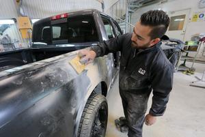 Med ett fast jobb som billackerare har Ammer Rahma från Syrien lyckats skapa ett nytt liv i Kumla efter flykten. Det är tre år sedan han och familjen kom i den stora vågen med asylsökande från kriget i Syrien.
