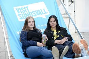 Hilde Lordell och Niki Hård hade satt sig bekvämt i en stor solstol bredvid scenen på Stora torget.