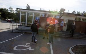 Killarna diskuterar sina val utanför röstningslokalen innan de lägger sina röster.