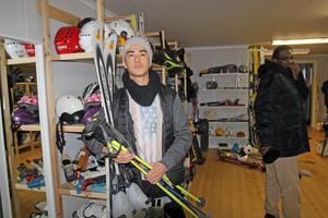 Khalil Mahmud var en av många som  lånade skidor för att åka till Säfsen.