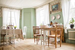 Trägolvet är specialbeställt från ett snickeri i Åshammar. Marie och Max har målat panel och luckor med linoljefärg och de har satt upp tapeten Gästgivars från Alfta, en precis likadan fanns i det ursprungliga huset.