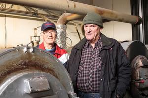 Rökmästarna Jan-Åke Hoflin och och Anders Rydh, vid de rökugnar som används för att röka fisk och kött på rökeriet i Bruksvallarna.  Samma teknik som i den ursprungliga rökstugan.