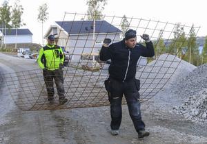 Magnus Ljunggren är lärare för den grupp gymnasieelever på Fyrvallaskolan, som just nu gjuter husgrunder i Mosebacken på Frösön. Här bär han armeringsnät tillsammans med en av sina elever  Affe Pålsson.