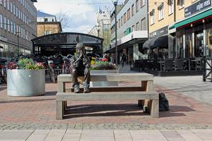 Innan barnen på Pettersbergs förskola gav honom kompisar satt Gzim ensam på bänken på Smedjegatan.