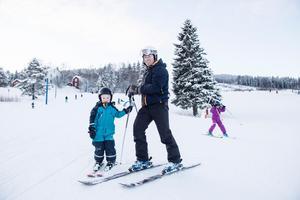 Mattias Sundström tillsammans med sonen Marve från Nyland brukar åka både i Kramfors i Latbergsbacken och här i Sollefteå. De åker slalom ungefär en gång i veckan.
