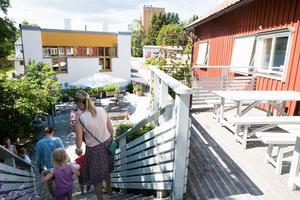 Vi har det klassiska som man förväntar sig, gott kaffe och nybakat bröd och fika. Men butiken har vi också, som är väldigt populär med många som återvänder hit varje sommar, säger Jonas Regnér.