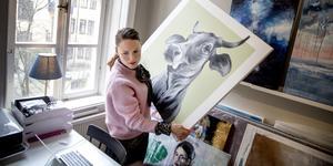 """Linda Edeen från Kallfors driver sedan två år onlinegalleriet Nordic Artwall. """"Min ambition var att sälja konst på ett nytt sätt"""", säger hon. Målningen av kon är gjord av konstnären Matilda Skoglund."""