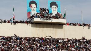Ledarkulten kring ayatollorna Khomeini och Khamenei är påtaglig i Irans samhällsliv. Som här, på den stora fotbollstadion i Teheran. Foto: AP
