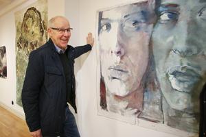 Olle Medin från Hallsberg är själv konstnär och under vernissagen namngav han den här tavlan som var namnlös. Den döptes till
