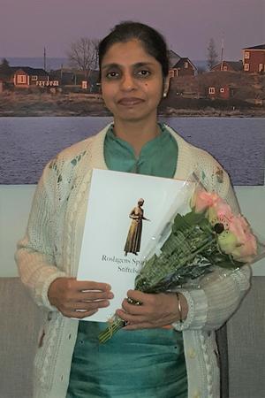 Foto: Privat. Forskaren Nandita Singh tar emot Sparbankens bidrag till projektet Retrout.