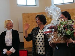 Kyrkomusiker Ewa Monikander, t.h. avtackades i samband med en komsert  i Trönö kyrka. Till vänster kyrkoherde Lise-lott Wikholm och i mitten kyrkorådets Barbro Berger. Foto: Jan-Eric Berger.