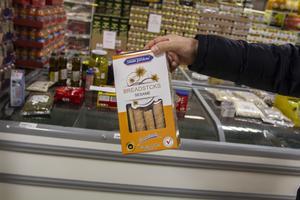 Från Förenade Arabemiraten kommer de här sesamkexen som inte får säljas i Sverige så länge de saknar svensk text om innehåll och allergener. Storlien Food Handel har samlat ihop varor på kyldisken som avviker från reglerna.