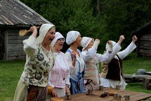 Byn styrs av ett matriarkat: Camilla Westman, Lill Holmberg, Margita Lemoine, Agneta Westerlund och Tittie Gustafsson