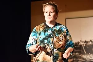 Lisa Nyström har skrivit manus för föreställningen. Här ser man henne under genrepet.