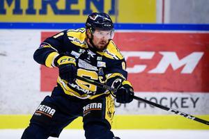 Nicklas Grossmann slår en passning i SSK-tröjan. Förra säsongen hade backen tre assister och två mål på 49 matcher i grundserien. Foto: Erik Simander/Bildbyrån.