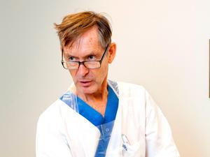 Bara en liten stund i solen kan göra att man förlorar mycket vätska när det är så hett som det varit under den senaste tiden, det säger Tomas Vikerfors, medicinsk stabschef vid Västmanlands sjukhus.