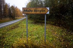 Intill Bergöfjärden, några mil öster om Örnsköldsvik ligger stugbyn Modo Bergön. Semesterbyn uppfördes på 60-talet för de anställda på Modo.