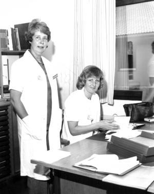 Distriktssköterskorna Margit Runius och Kerstin Halvarsson var nöjda med de nya sjukhuslokalerna i Svenstavik 1977.