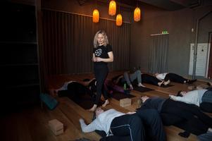 Lotta Renström rör sig vant bland alla yogadeltagare.