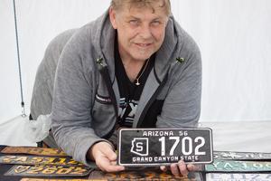 Tomas Wik säljer gamla regskyltar. Det är hans åttonde omgång sv Summer och -Power Meet han varit på i Västerås.