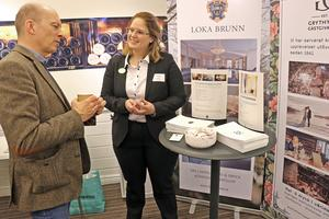 Therese Åkesson snackar Loka Brunn med Jakob Norrby.