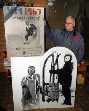 Rodelklubbens ordförande Bo Näsström- VM-affischen från 1967 med bilden som föreställer Ivar Bjare.   Foto: Ingvar Ericsson