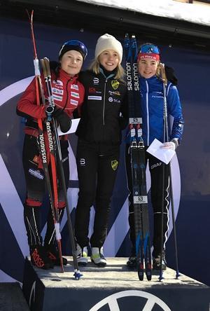 Sara Andersson, till höger, på prispallen tillsammans med Tove Ericsson och Märta Rosenberg. Foto: IFK Mora SK