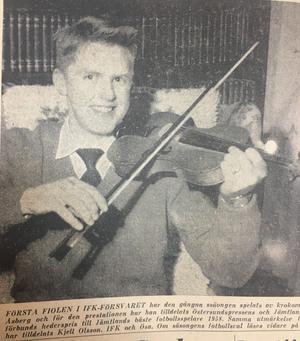 Årets spelare i Jämtland, Nisse Åsberg, porträtterades med en fiol i ÖP. Detta för att den putslustige redaktören då kunde skriva att Krokomssonen Nisse Åberg spelade