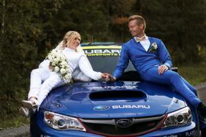 Ett bröllopsfoto värdigt länets stora motorprofil Patrik Sandell och hans fru Linnea. Foto: Sandra Sjunnesson Exposito