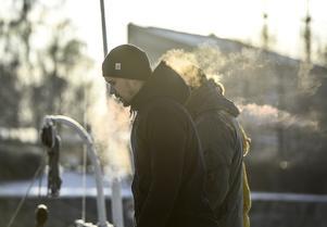 De kommande dagarna blir kallare än normalt i hela landet. Se upp för halka om sommardäcken fortfarande sitter på. FOTO: TT.