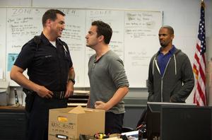 Två kompisar klär ut sig till poliser- och har rätt kul. Men när de får uppmärksamhet från den riktiga polisen blir det plötsligt allvar i