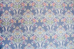Tapeten i stora salen heter Willow Indigo Nouveau Floral från Brewster Home Fashions.