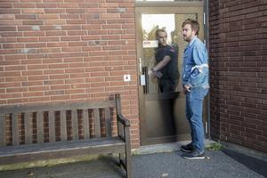 Vid varje dörr in till akutmottagningen fanns väktare eller ordningsvakter.