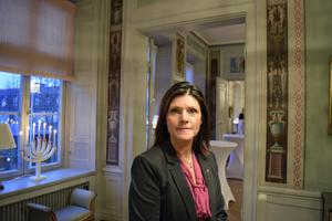 Eva Nordmark besökte nyligen Dalarna för ett möte med länets kommunalråd. Nu utsätts hon för en kniptångsmanöver från höger och vänster.