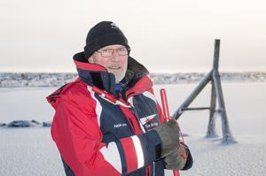 Bolle Hellström rekommenderar inte att man ger sig ut än på Siljan, trots att isen har börjat lägga sig.