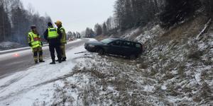 En bil körde i diket på Timmervägen under fredagsförmiddagen.