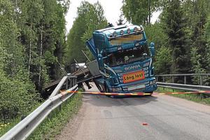 En lastbil hamnade i diket i närheten av Rygestorp vid lunchtid på måndagen.